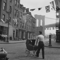 Un père devant le Brooklyn Bridge un dimanche matin, Lower East Side, New York City. Fritz Henle. 1947