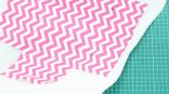 Taruh kain motif yang sudah digunting di atas busa lapis dengan menggunkan jarum pentul