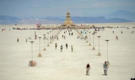 Foto ini memperlihatkan orang-orang sedang berjalan ke arah sebuah kuil yang dibangun di Festival Burning Man ini. © AP Photo/Andy Barron, Reno Gazette Journal