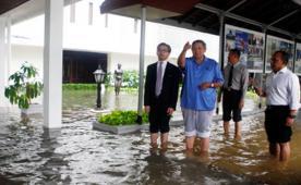 Presiden SBY dan Menteri Luar Negeri Marty Natalegawa sedang melihat kondisi bagian dari Istana Negara yang terkena banjir.