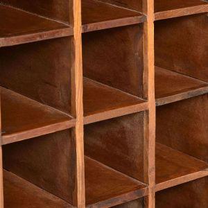 Stovas vynui skirtas 16 butelių, perdirbta mediena
