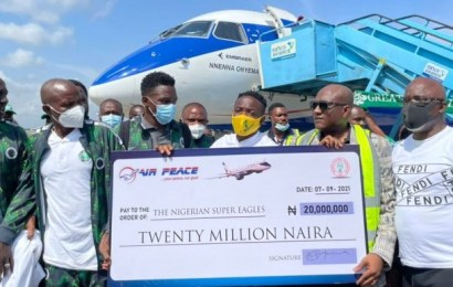 Air Peace Boss Fulfils Cash Promise To Eagles