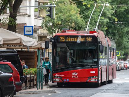 Forgalomba állnak az új Solaris-Škoda trolibuszok Budapesten