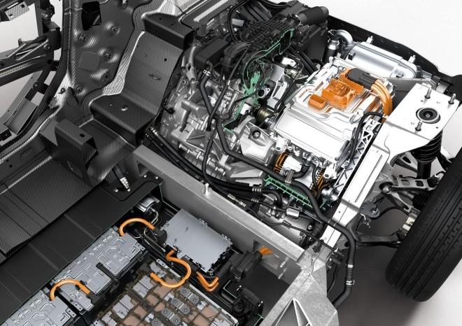 BMW i3 // Elektro motorju dela družbo 650cc velik motorček, ki poskrbi za dodatnih 100 km/h dosega.