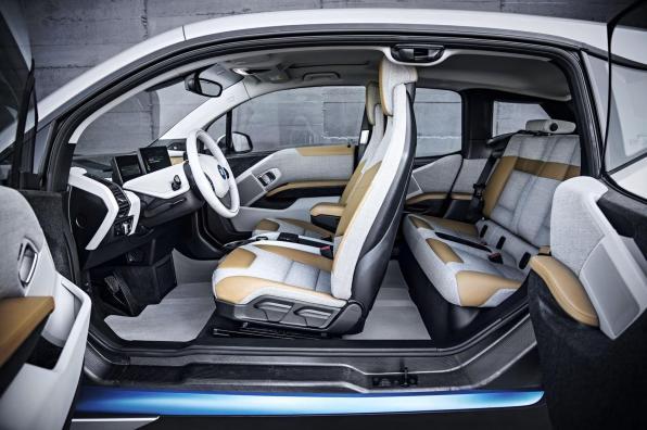 BMW i3 // kombinacija - karbona, usnja, plastike in lesa... Ter vsekakor ena bolj futurističnih notranjosti.