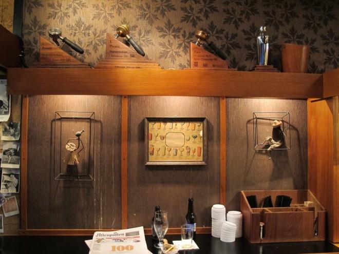 Kavarna pri Ptiču je čez dan kavarna, v večernih urah pa koktejl bar.