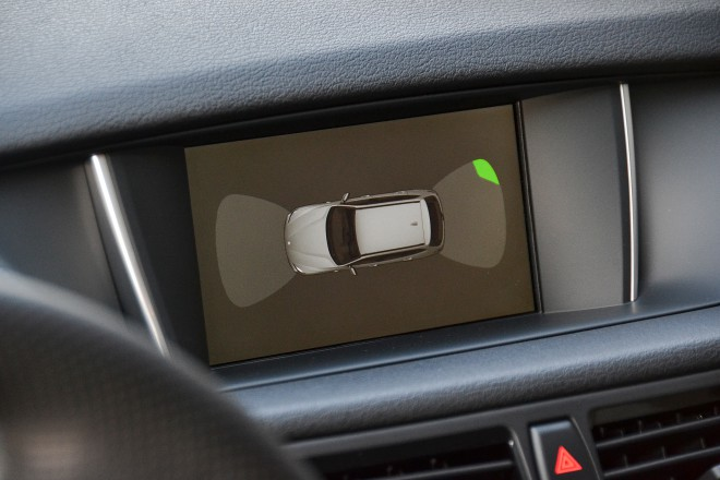 """Kjer se X1 tudi pozna, da je na trgu že kar nekaj časa je tudi pri velikosti osrednjega zaslona in tudi dejstvu, da ima tovarniška navigacija kar nekaj """"slepih peg"""" kar se tiče novo zgrajenih cestnih povezav."""