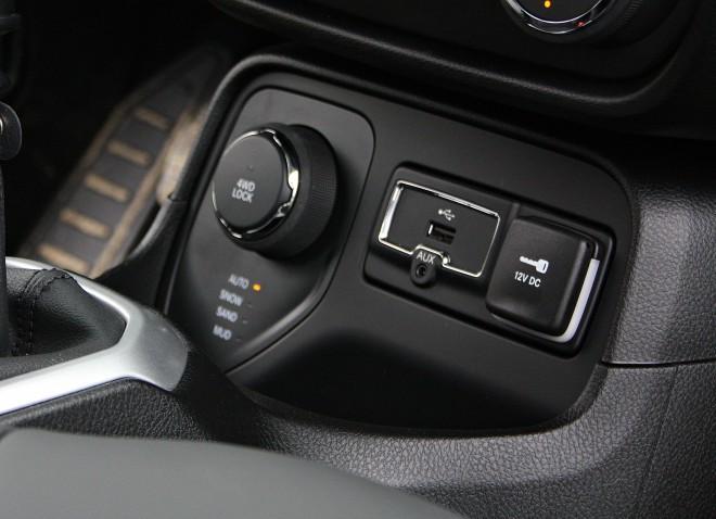 Voznik ima pri 4WD različicah, na izbiro štiri režime delovanja pogona: auto, snow, sand in mud, različica trailwhawk pa še največjim izzivom namenjeni rock. Poleg tega pa še funkciji HDC in zaporo sredinskega diferenciala.