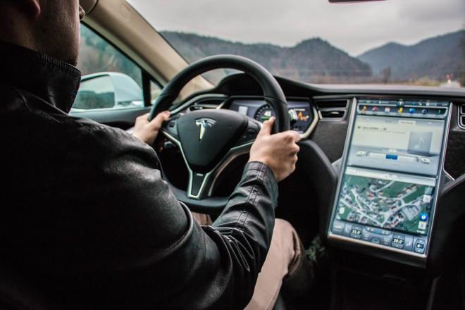Tesla tako ne premore praktično nobenega gumba. Namesto tega kraljuje velikanska tablica, kjer so vse funkcije avtomobila.