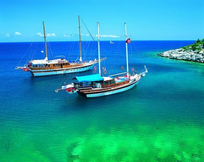 Z leseno turško motorno jahto Gulet lahko odplujemo vzdolž turške obale.