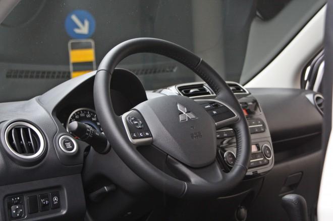 Volanski obroč je dokaj moderno oblikovan, pri top paketu opreme pa premore tudi tipke na krakih in tempomat. Tipka za zagon motorja je nerazumljivo postavljena levo od volana, ki jo slednji tudi zakriva.