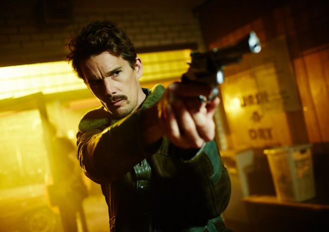 Ethan Hawke v filmu Predestination.