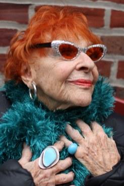 95 letna umetnica Ilona obožuje umetne trepalnice.