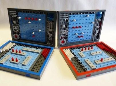 Lego kocke lahko uporabite za izdelavo miselne igre Ladjice potapljat.
