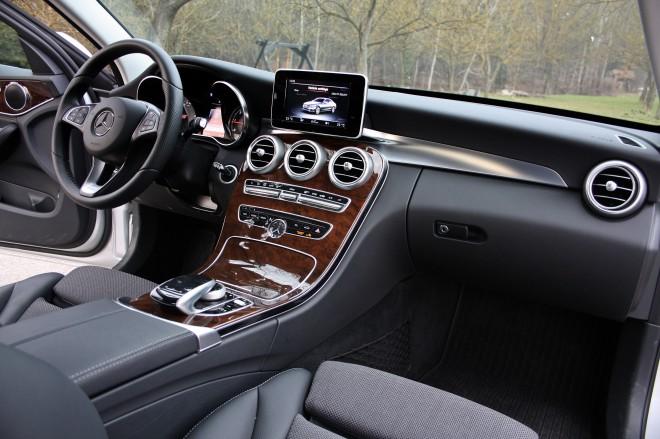 Notranjost zaznamujejo izredno natančna izdelava, občutek za podrobnosti in kakovostni in izbrani materiali. Razred C je vsekakor pojem v segmentu športnih limuzin.