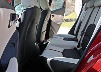 Druga vrsta potnike pričaka pričakovana količina prostora za kolena, pri bolje opremsko založenih različicah pa tudi všečno oblazinjenje, tudi v obliki dvobarvnega usnja z rdečimi kontrastnimi šivi.