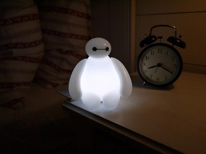 Baymax vas bo s posebnim svetlobnim načinom zazibal v noč.