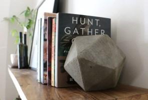 Geometrijsko držalo za knjige - alternativa je lahko tudi rečni kamen.