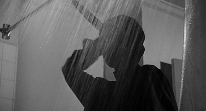 Zaradi prizora pod prho v filmu Psiho je marsikdo razvil strah pred tuširanje.