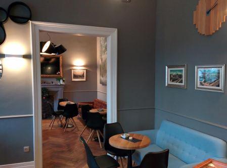Usnje, les, modra barva in črni poudarki prostor naredijo res eleganten.