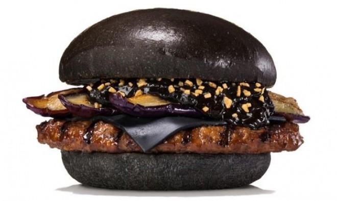 Kot oglje črni kruhki hamburgerja Kuro Shogun.