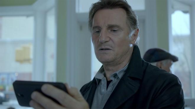 Liam Neeson v oglasu za Supercell, kjer se je vživel v svojo vlogo iz filmske serije Ugrabljena.
