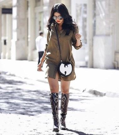 8. Škornji z imitacijo kačje kože, dolga srajca (obleka) in kontrastna torbica