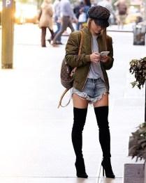 13. Bomber jakna, kratke jeans hlače in ozki škornji preko kolen