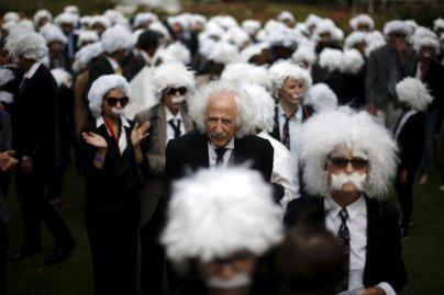 2. mesto: V Los Angelesu so se ljudje preoblekli v Alberta Einsteina in se vpisali v Guinnessov knjigo rekord