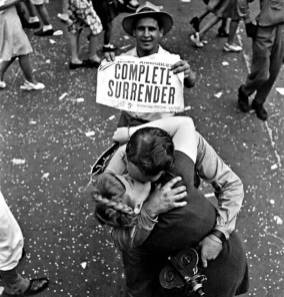 Par, ki se poljublja na VJ Day (Victory over Japan Day)