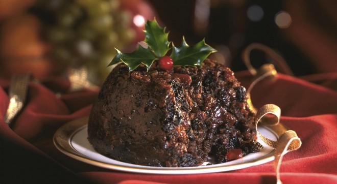 Tradicionalni angleški božični puding lahko dekorirate tudi z vanilijevim sladoledom.