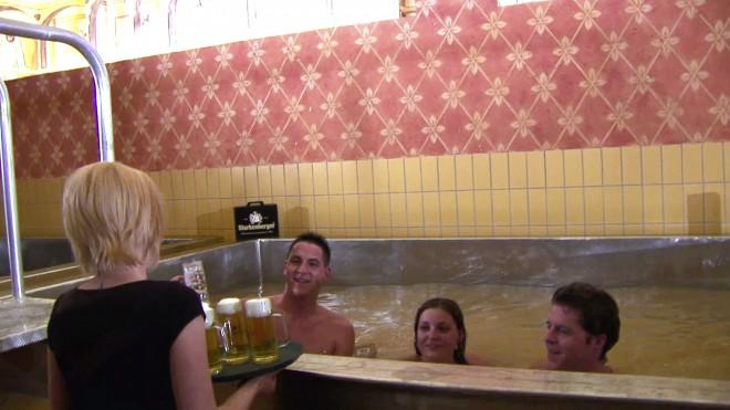 V bazen napolnjen s pivom vam prinesejo tudi pivo.