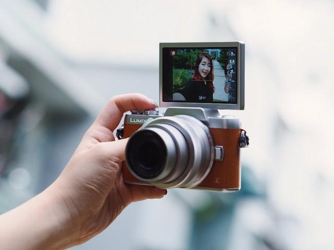 Funkcije kamere LUMIX GF8 vam pomagajo posneti še lepši selfie.