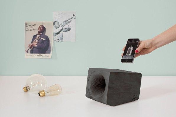 Louis - zvočnik, ki oponaša zvok gramofonske plošče