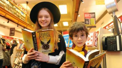 Prvi srečneži že imajo novo knjigo o Harryju Potterju.