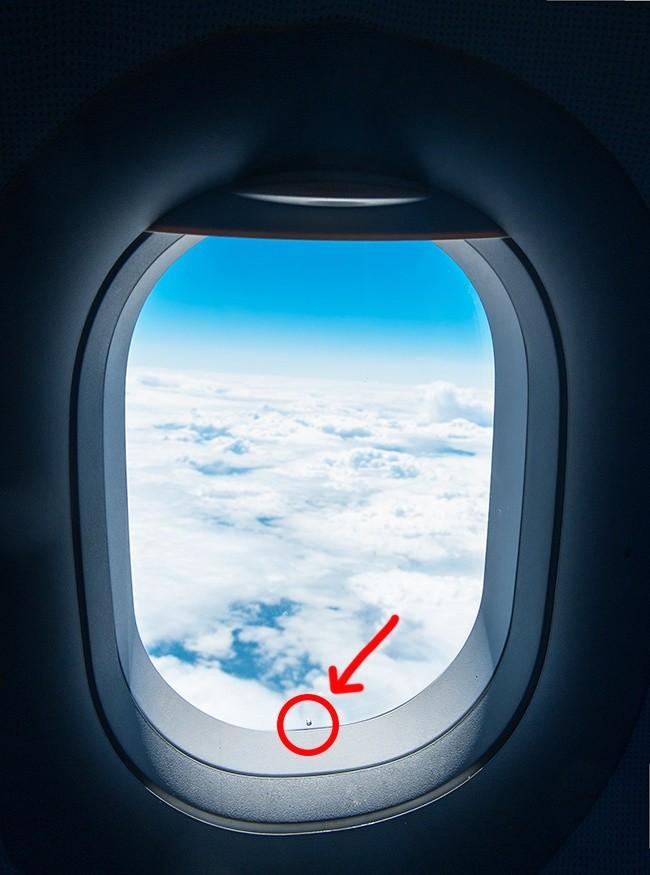 Luknjica na oknu letala.