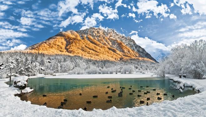Jezero Jasna v bližini Kranjske Gore ob cesti na prelaz Vršič.