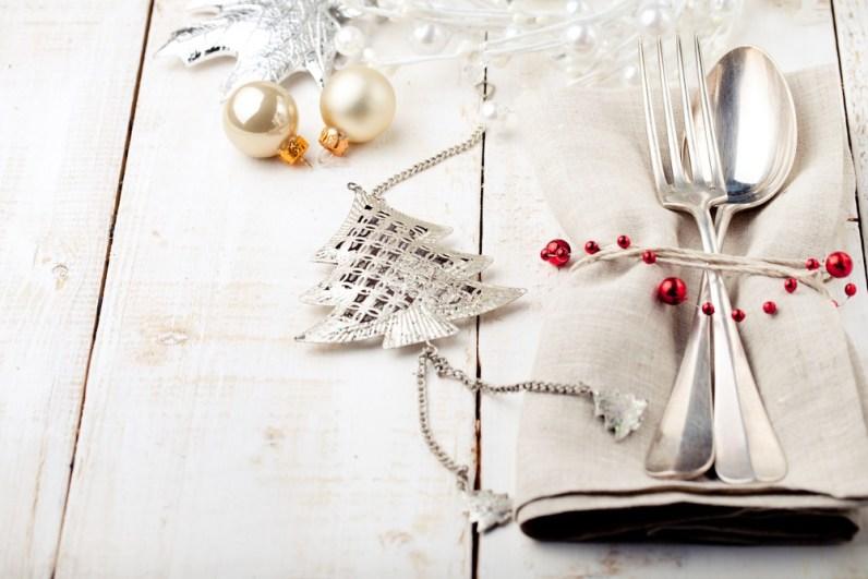 Zagotovo se vam kje nabirajo božični okraski. Nato z ličnim trakom povežite pribor skupaj s prtičkom.