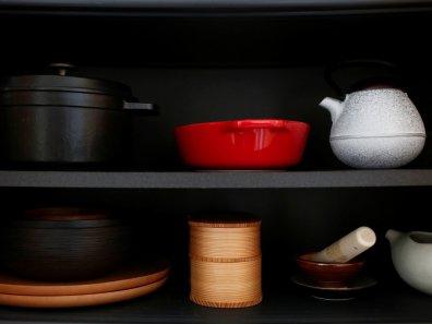 Ekstremno minimalistični domovi Japoncev: nikoli ni treba razmišljati, katero ponev uporabiti za katero jed.