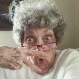 83-letna babica in njena profilna fotografija na Facebooku