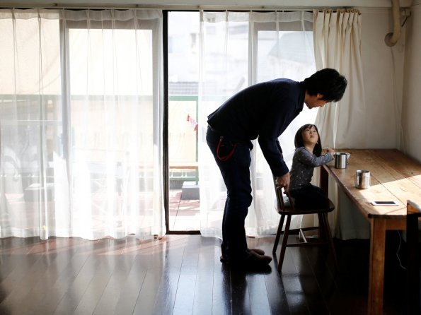 Ekstremno minimalistični domovi Japoncev: tudi dnevna soba je brez krame.