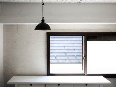 Ekstremno minimalistični domovi Japoncev: kuhinjski pult je zlahka čist.