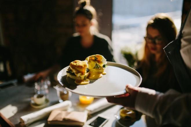 V Ek Bistro vas čakajo slastne jedi,  ki so primerne za zajtrk, brunch ali glavnojed.