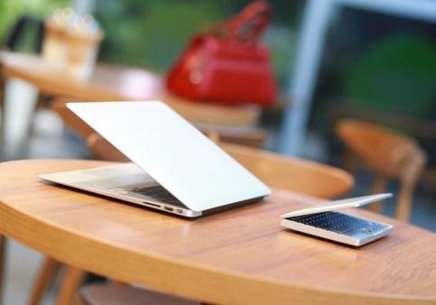 Žepni prenosnik GDP Pocket in Apple MacBook Air.