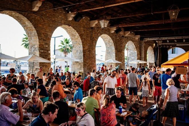 Pod arkade Taverne in ob stojnice na Carpacciovem trgu se vrača Odprta kuhna.