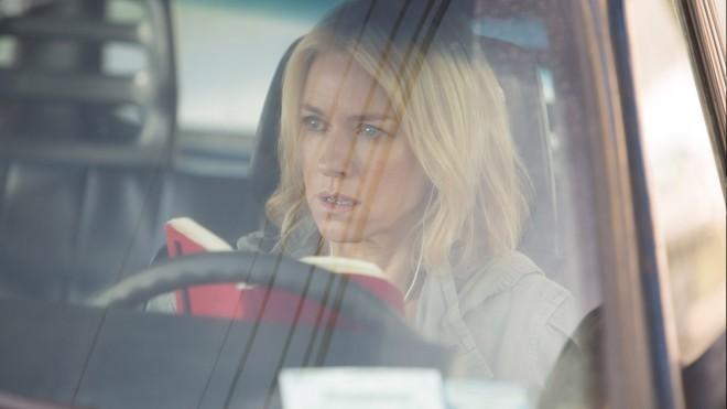 V filmu nastopa tudi vedno briljantna Naomi Watts.
