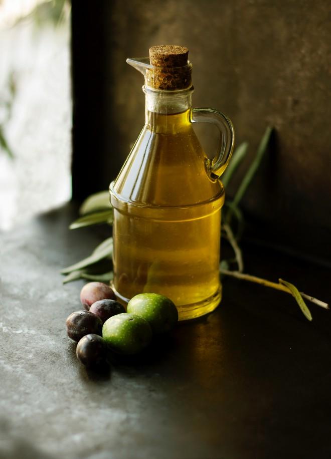 Da bi preprečili proces staranja, lahko obraz masirate z oljčnim oljem.