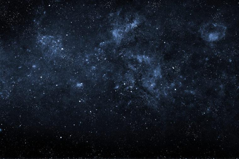 Mnogi radi opazujejo zvezde na nebu.