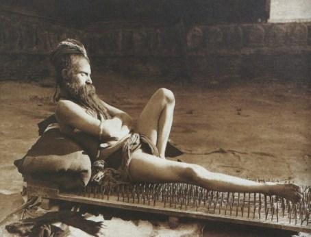 1907: Fakir na postelji iz žebljev