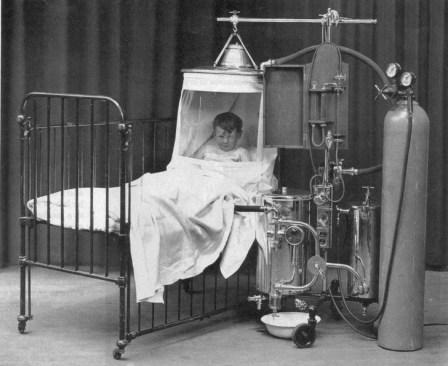 1930: Otrok znotraj naprave za kisik